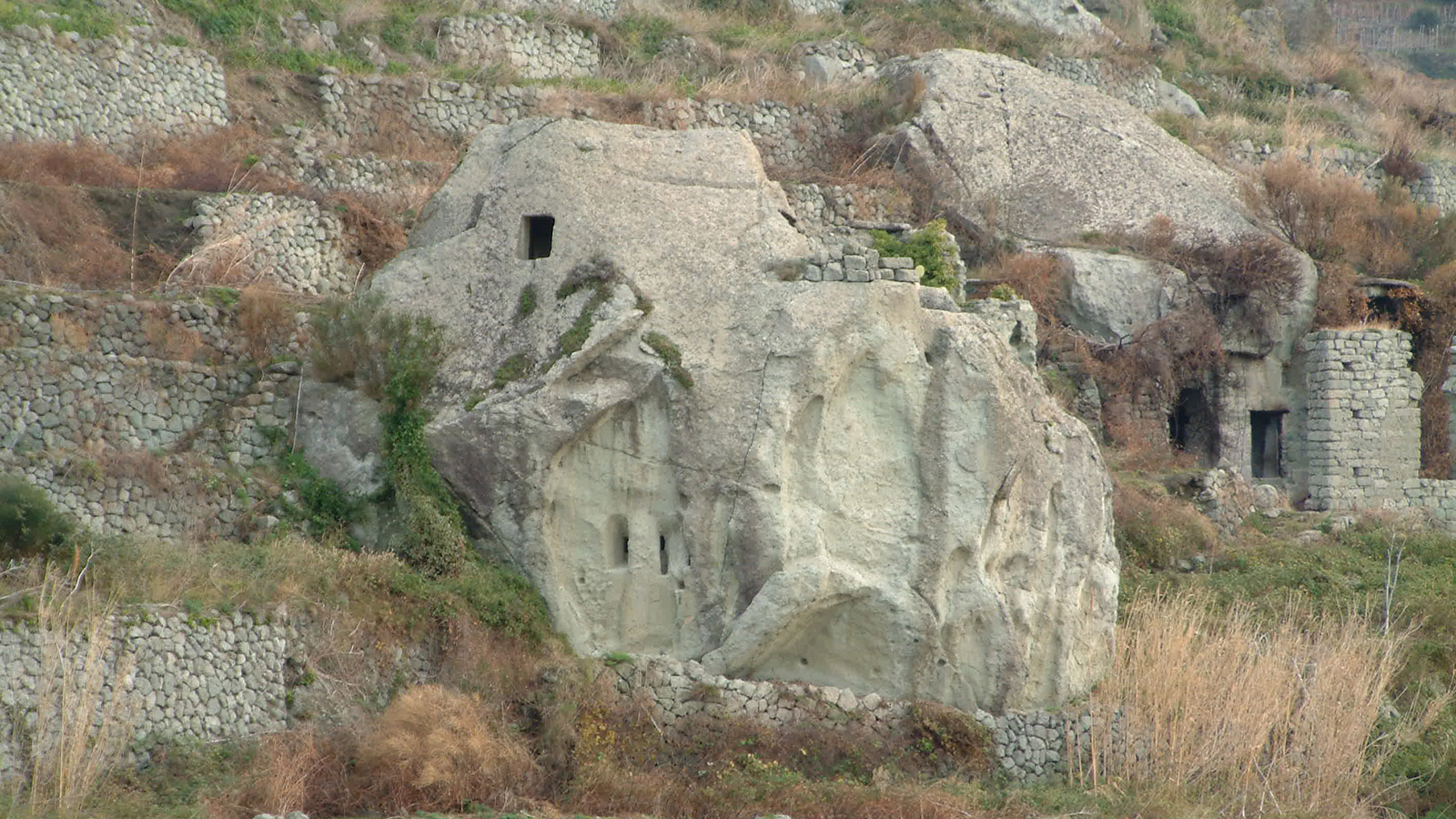 FROM SERRARA TO THE MUD: through the stone houses